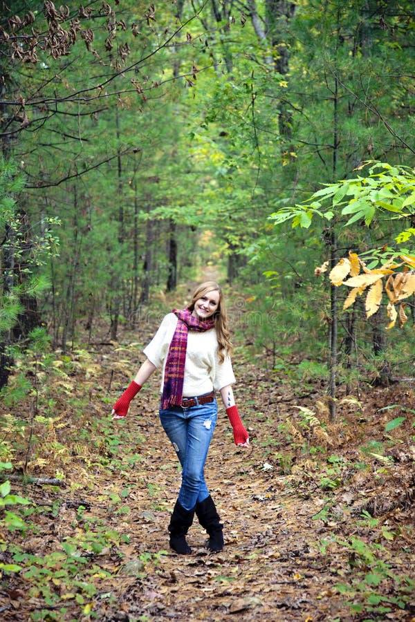 Mulher feliz no trajeto imagens de stock royalty free