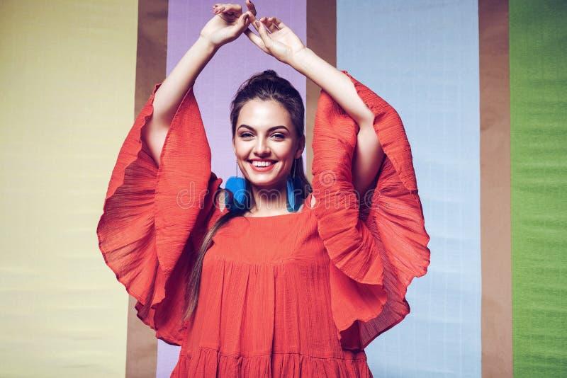 Mulher feliz no vestido alaranjado com luvas bonitas imagens de stock royalty free