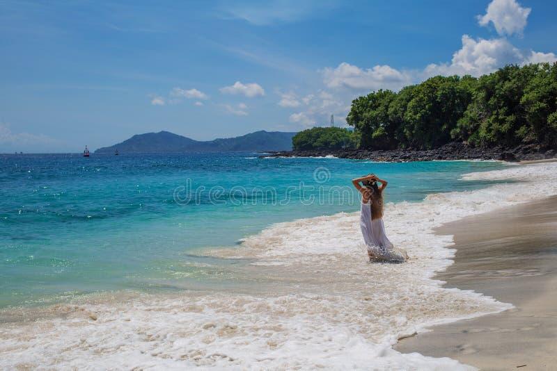 Mulher feliz no vestido branco em f?rias tropicais da praia imagem de stock royalty free