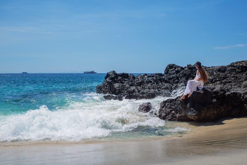 Mulher feliz no vestido branco em f?rias tropicais da praia foto de stock royalty free
