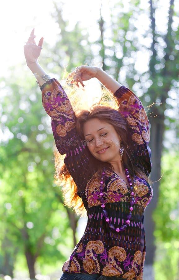 A mulher feliz nova aprecia o sol imagem de stock royalty free