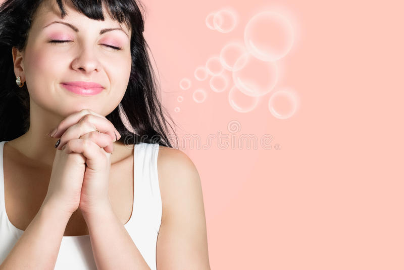 A mulher feliz nova bonita faz um desejo fotografia de stock royalty free