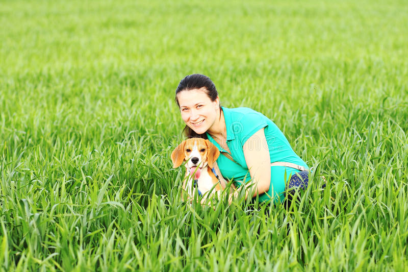 Mulher feliz nova com cão do lebreiro fotos de stock