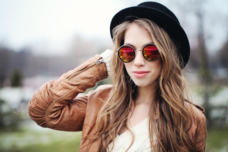 Mulher feliz nova com cabelo marrom longo nos óculos de sol imagem de stock royalty free