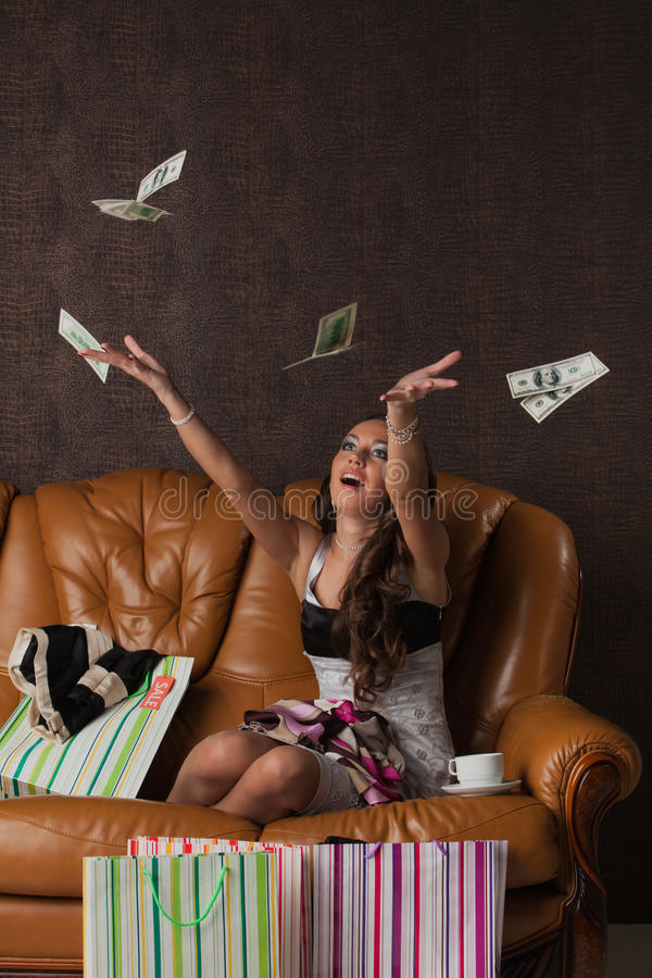 Mulher feliz nova com compras. imagem de stock