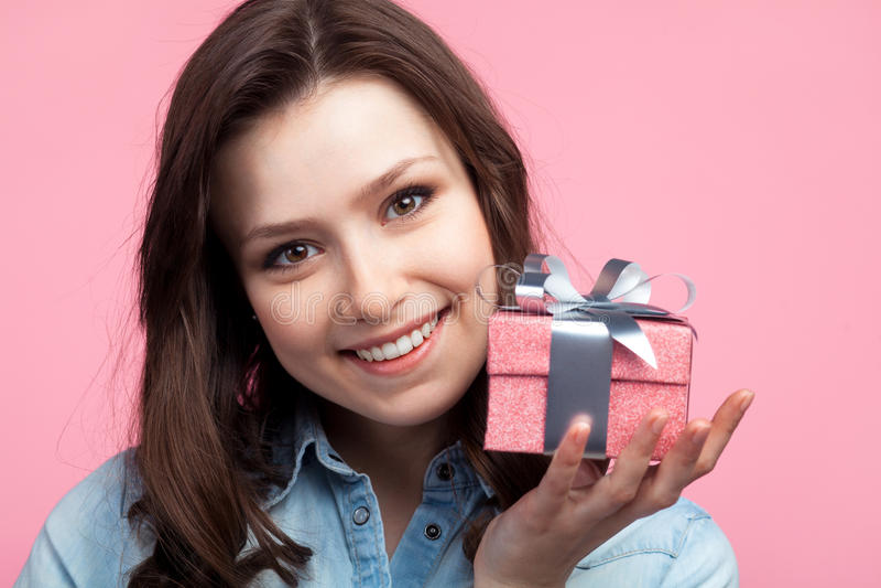 Mulher feliz nova com giftbox imagem de stock royalty free