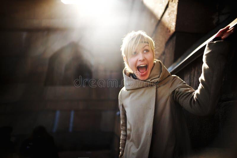 Mulher feliz nova com sorriso de vencimento fora imagem de stock