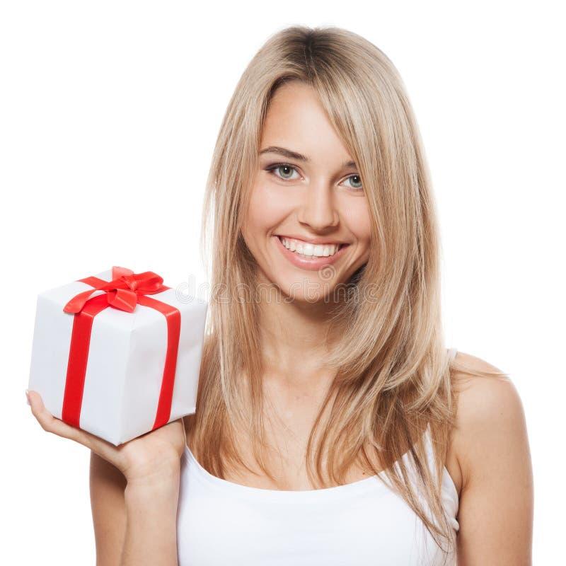 Mulher feliz nova com um presente fotografia de stock royalty free