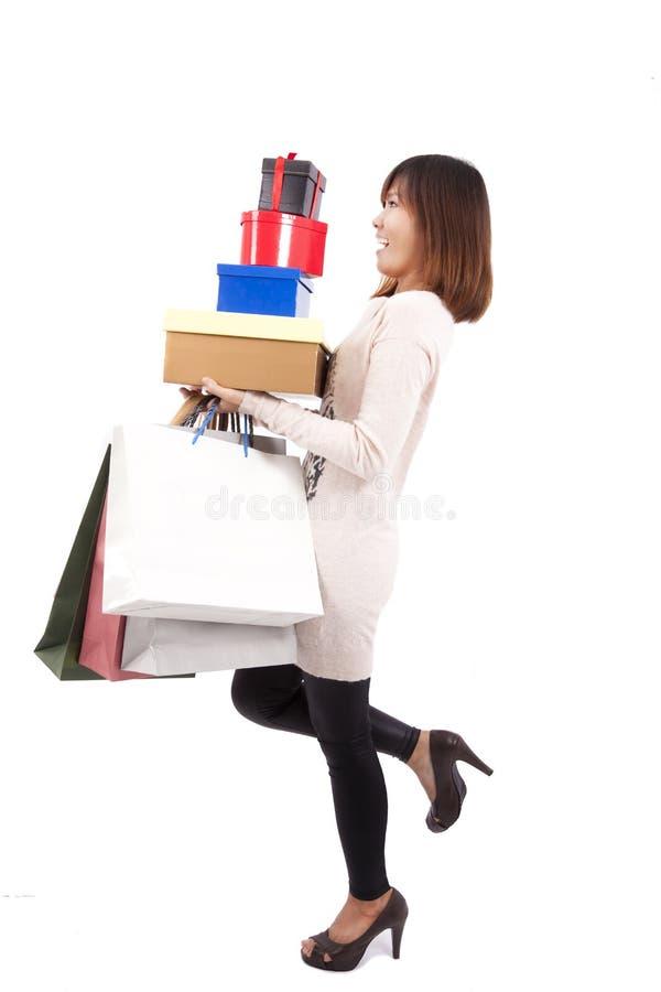 Mulher feliz nova da compra com muita caixa de presente fotografia de stock royalty free