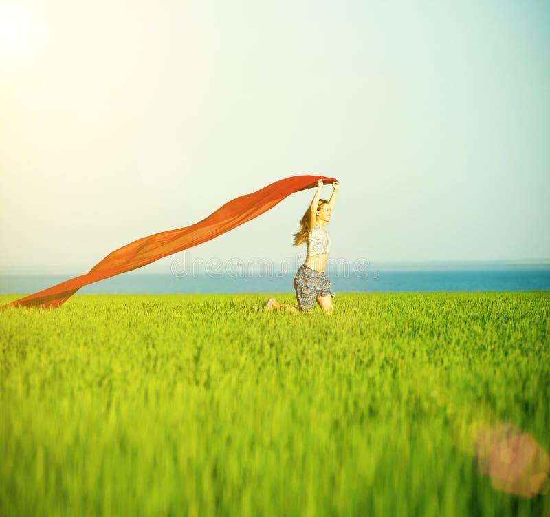 Mulher feliz nova no campo de trigo com tela Estilo de vida do verão fotografia de stock royalty free