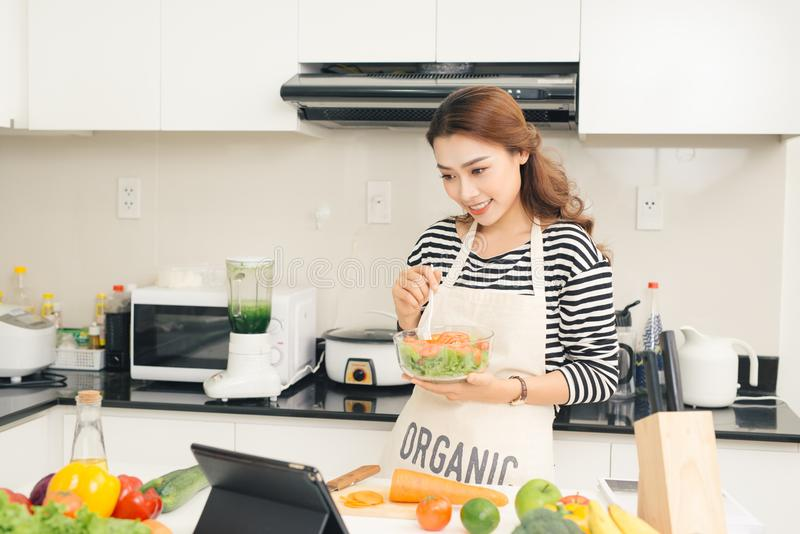 Mulher feliz nova que come a salada Estilo de vida saudável com foo verde fotografia de stock