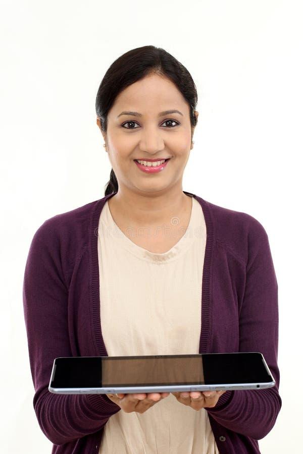 Mulher feliz nova que guarda um portátil imagens de stock