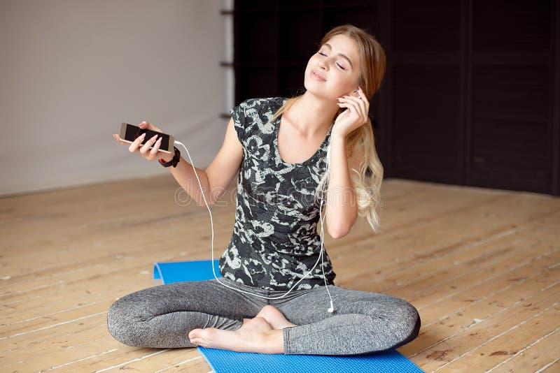 A mulher feliz nova que tem o divertimento com escuta música fotos de stock royalty free