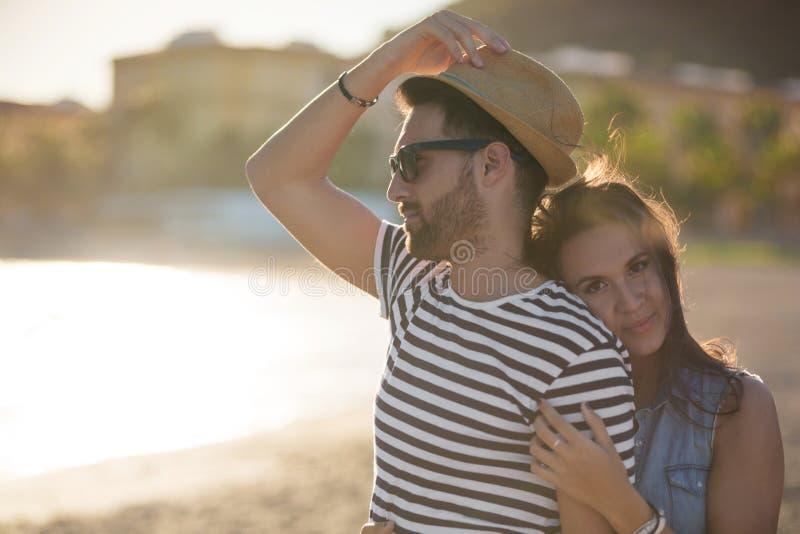 Mulher feliz que abraça seu noivo no beira-mar imagens de stock royalty free