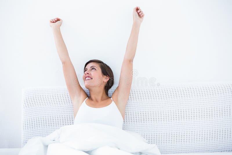 Mulher feliz que acorda imagens de stock royalty free
