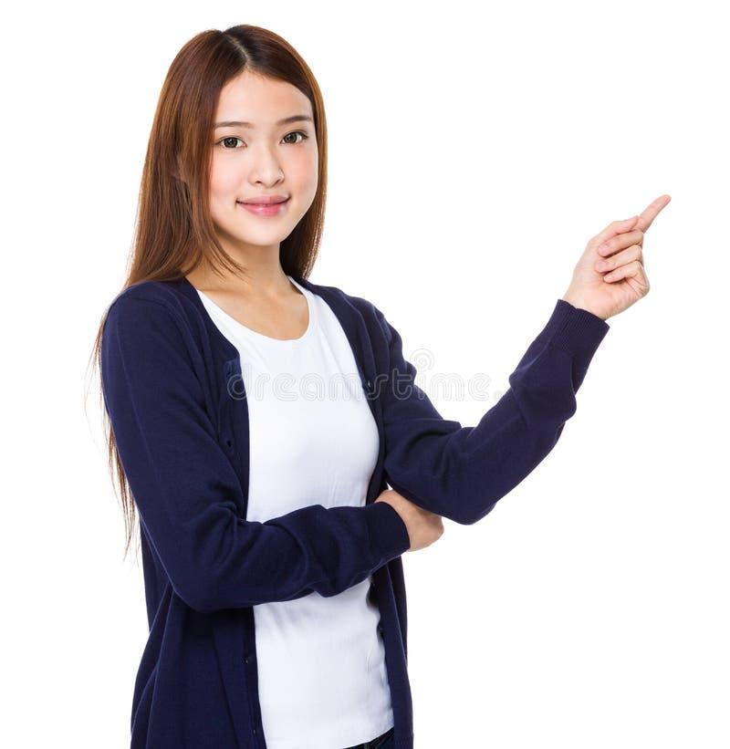 Mulher feliz que aponta acima com seu dedo imagem de stock royalty free