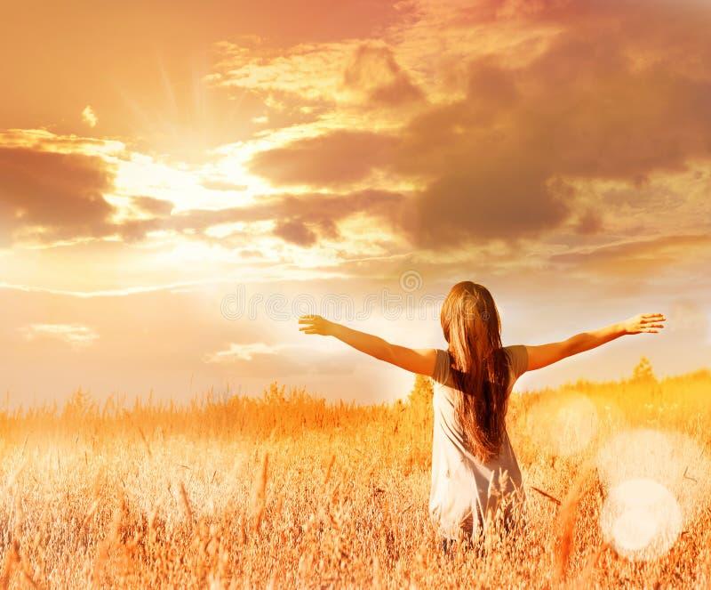 Mulher feliz que aprecia a felicidade, a liberdade e a natureza fotografia de stock royalty free