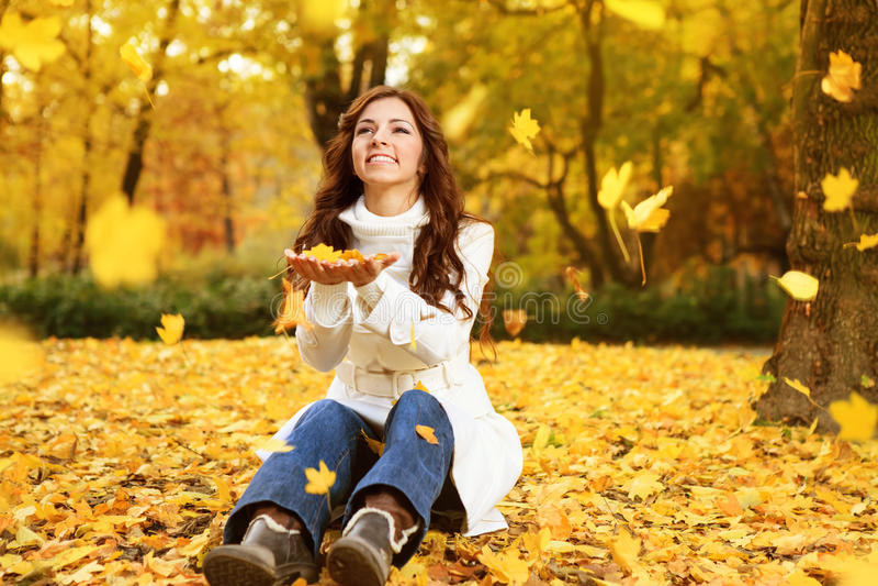 Mulher feliz que aprecia no outono fotografia de stock