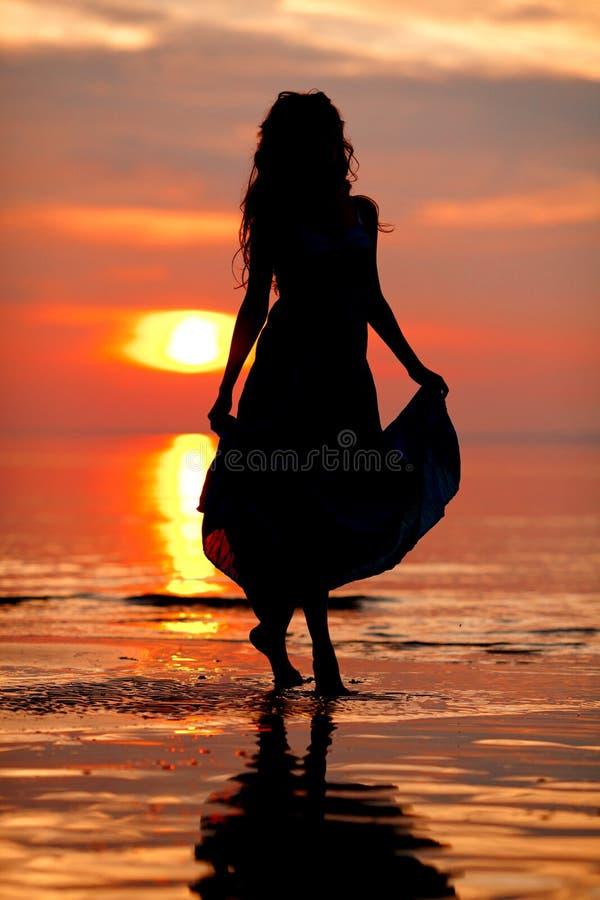 Mulher Livre Feliz Que Aprecia No Por Do Sol Do Mar Mostrado Em Silhueta  Contra Foto de Stock - Imagem de silhueta, mulher: 40752536