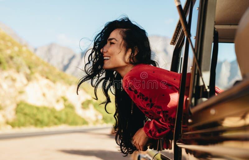 Mulher feliz que aprecia a viagem por estrada imagem de stock royalty free