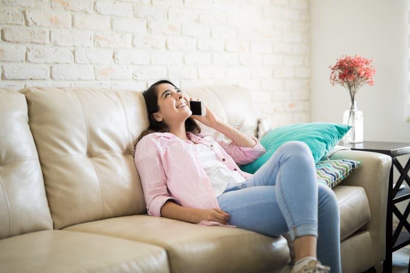 Mulher feliz que chama seu noivo imagens de stock royalty free