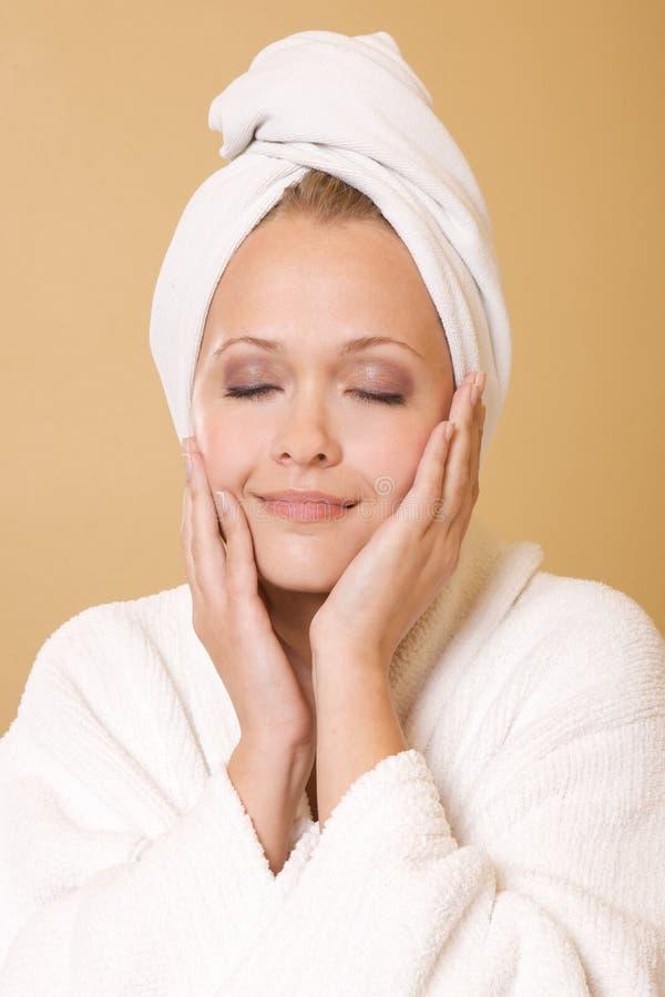 Mulher feliz que começ a toalha desgastando do tratamento da beleza imagens de stock