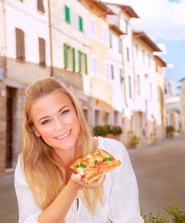 Mulher feliz que come a pizza fotos de stock royalty free