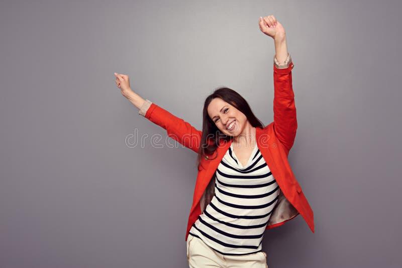 Mulher feliz que comemora imagens de stock