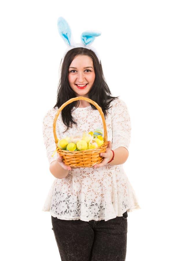 Mulher feliz que dá a cesta da Páscoa imagens de stock royalty free