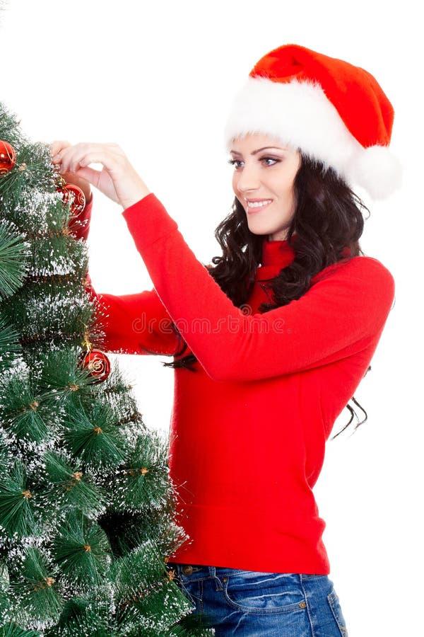 Mulher feliz que decora a árvore da pele artificial imagem de stock royalty free
