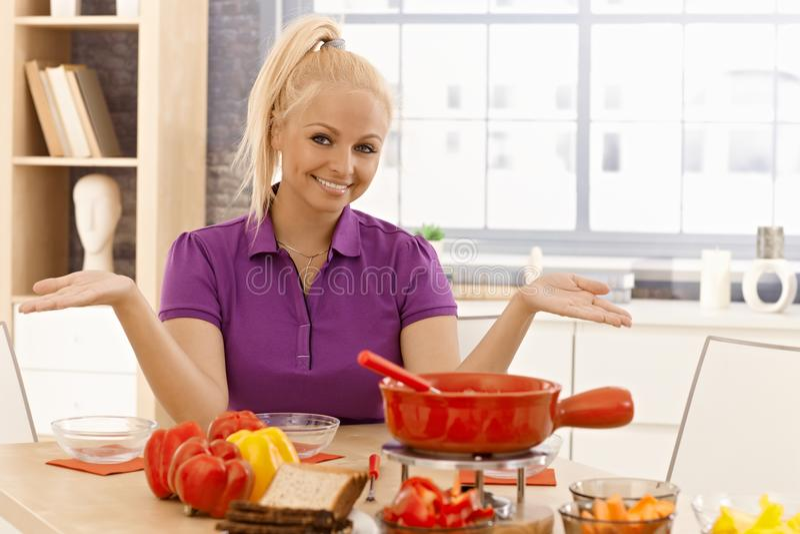 Mulher feliz que espera jantando convidados fotografia de stock royalty free