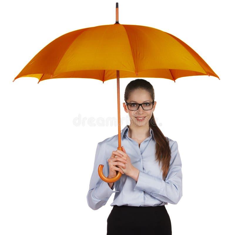 Mulher feliz que está sob um grande guarda-chuva foto de stock
