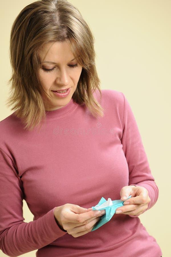 Mulher feliz que estuda tampons imagens de stock