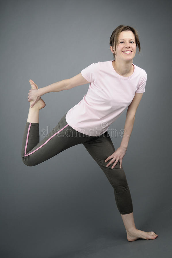 Mulher feliz que exercita o aerobics fotografia de stock