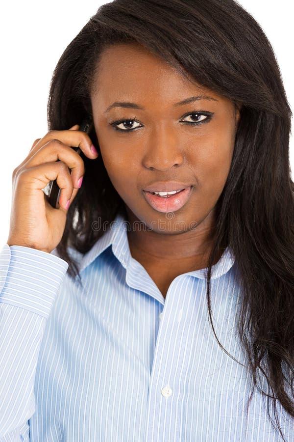 Mulher feliz que fala no telefone esperto imagem de stock