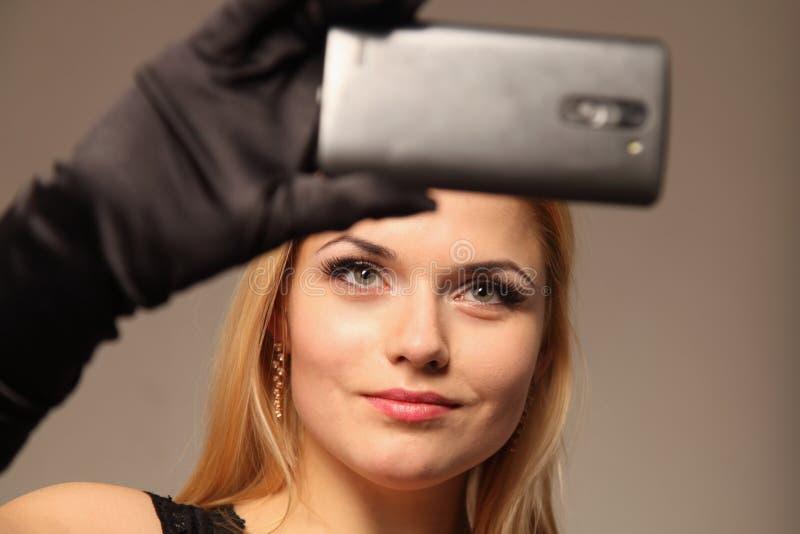 Mulher feliz que faz a foto do selfie no smartphone, close-up imagens de stock