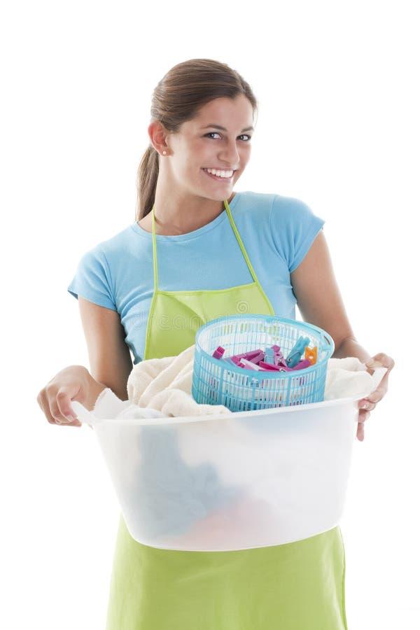 Mulher feliz que faz a lavanderia foto de stock royalty free
