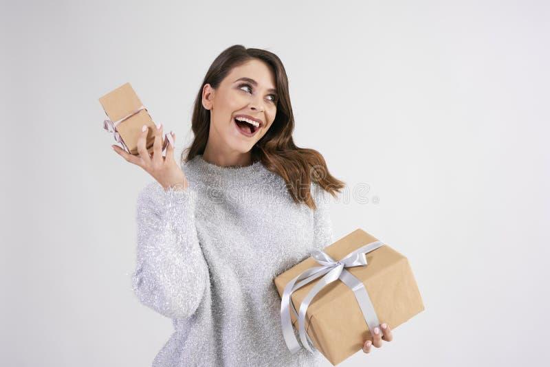 Mulher feliz que guarda dois presentes no tiro do estúdio imagem de stock