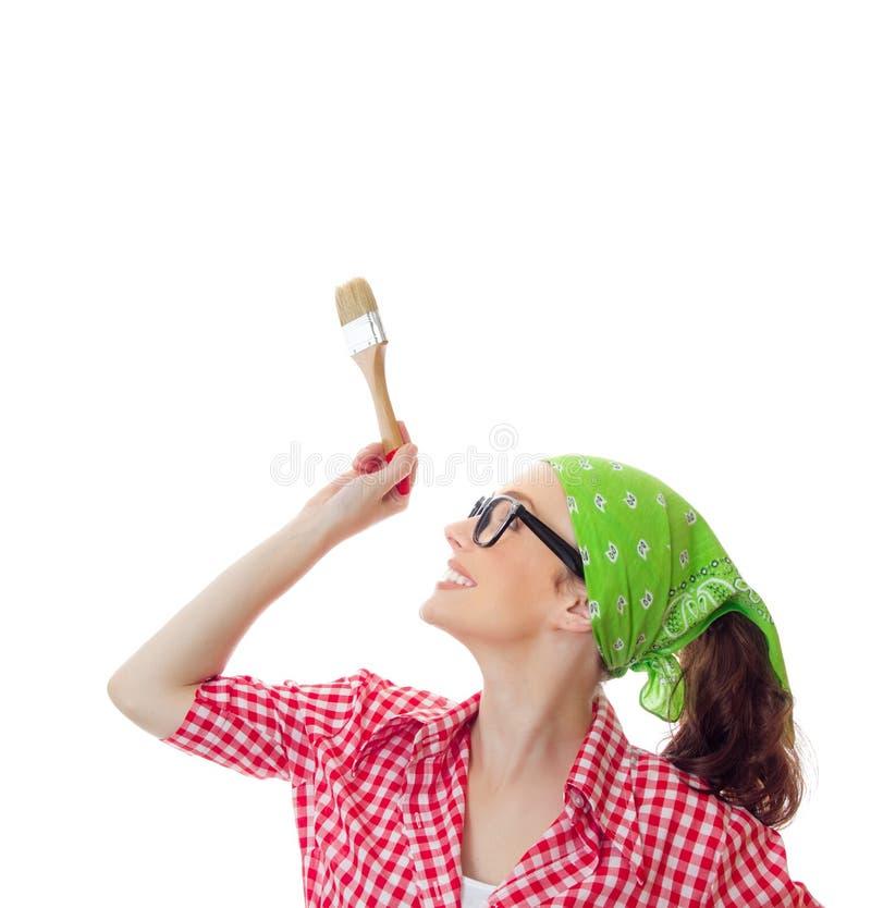 Mulher feliz que guarda a escova de pintura, menina pronta para pintar imagens de stock royalty free