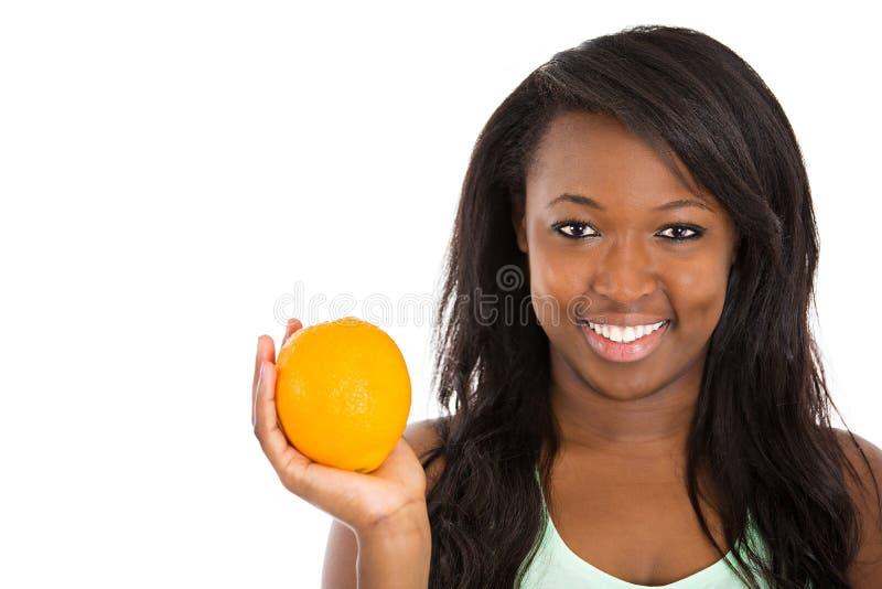 Mulher feliz que guarda o fruto alaranjado fotos de stock royalty free