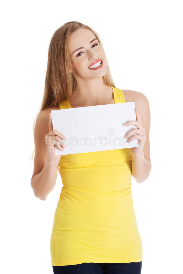 Mulher feliz que guarda o papel vazio branco fotografia de stock