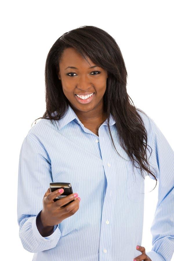 Mulher feliz que guarda o telefone esperto, texting fotografia de stock royalty free