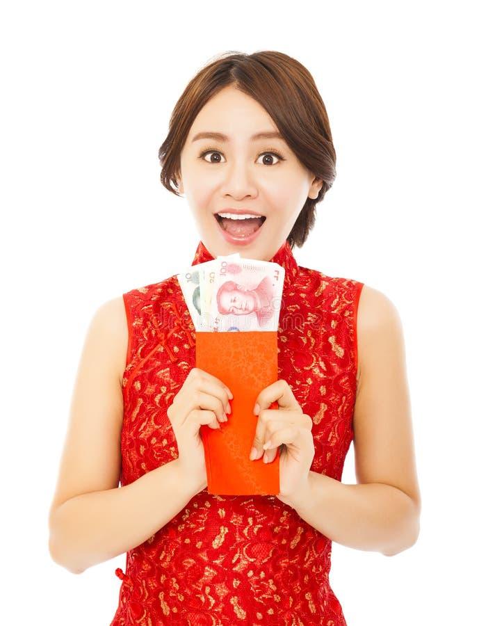 Mulher feliz que guarda um envelope vermelho Ano novo chinês feliz imagem de stock