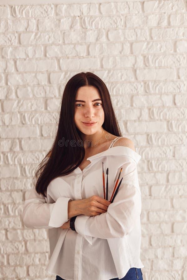 Mulher feliz que guarda uma escova da composição imagem de stock royalty free