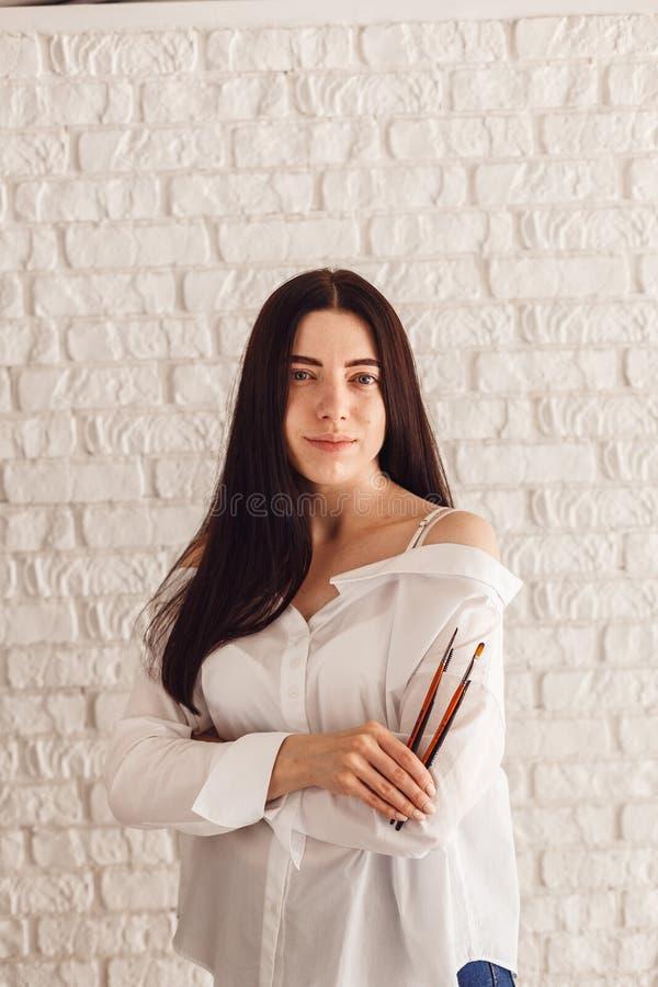 Mulher feliz que guarda uma escova da composição imagem de stock