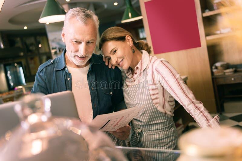Mulher feliz que inclina-se no ombro de seu homem de negócios bem sucedido esperto fotografia de stock