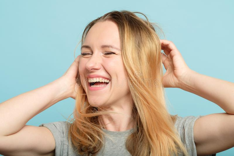 Mulher feliz que joga a confiança da beleza do cabelo imagens de stock