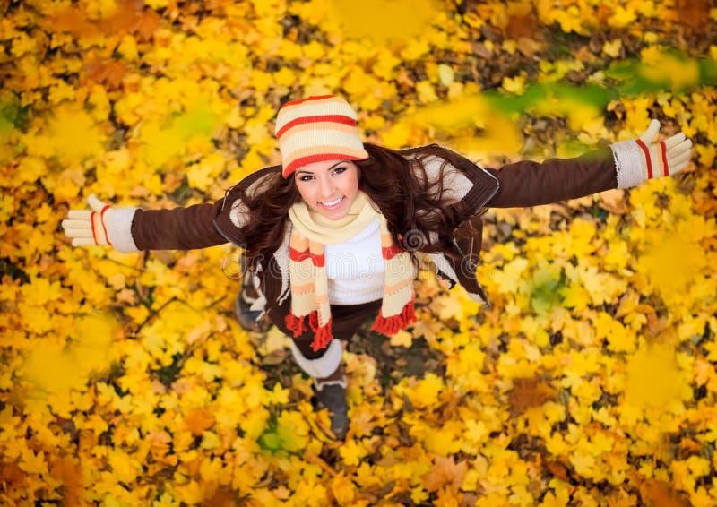 Mulher feliz que joga no outono imagens de stock
