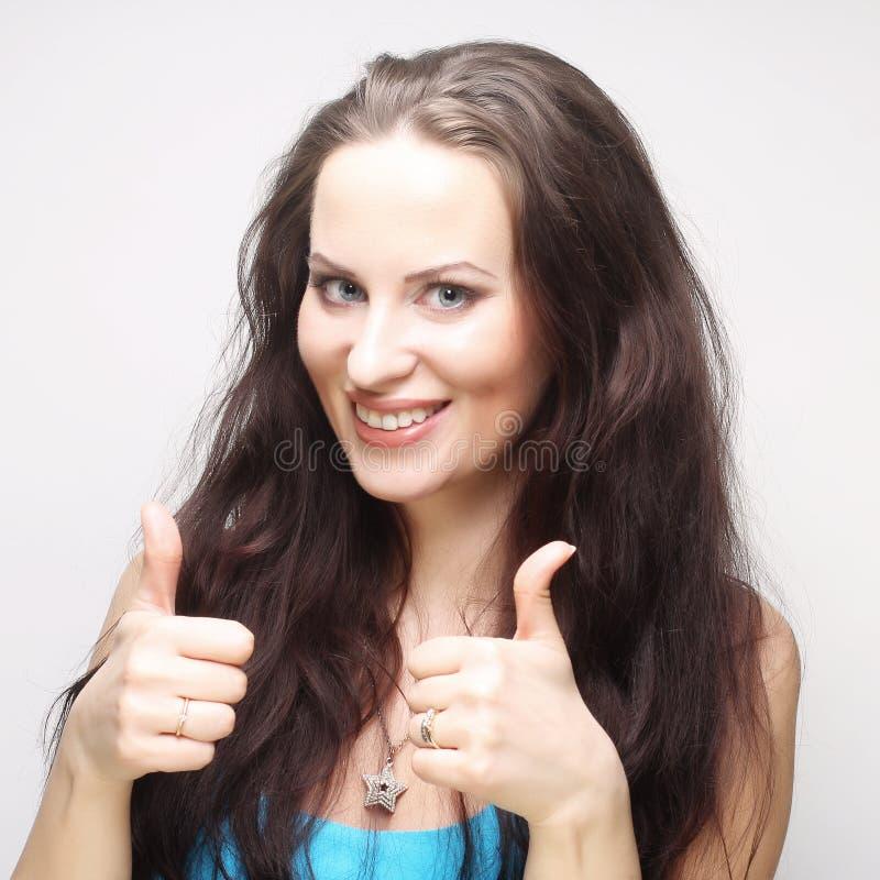 Mulher feliz que mostra os polegares acima imagens de stock