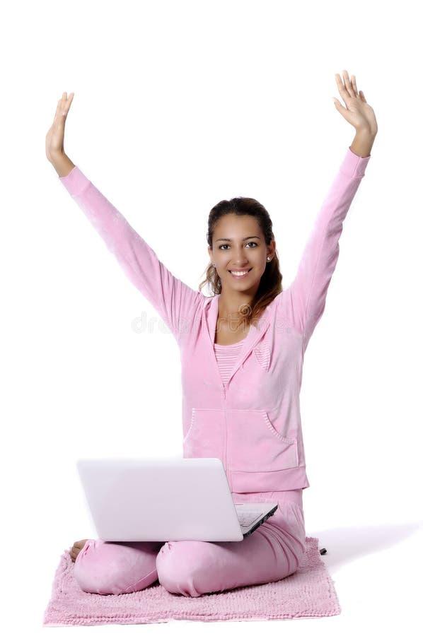 Mulher feliz que olha para trás com portátil imagem de stock royalty free